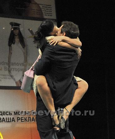 golaya-strizhenova-v-spektakle-nenormalnaya