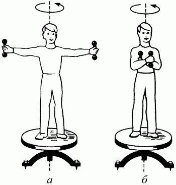 человек стоя на скамье жуковского ловит рукой мяч летящий
