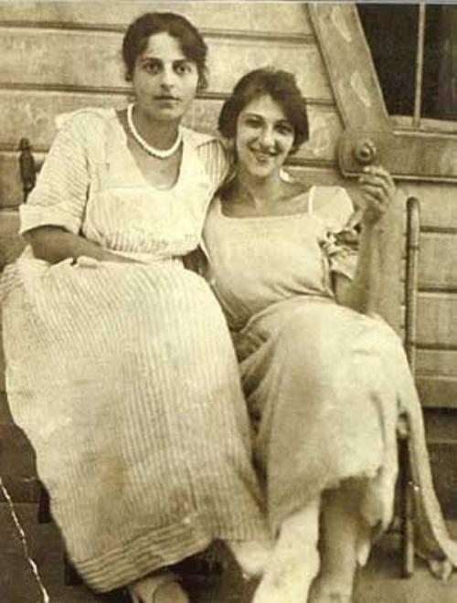 Фаина Раневская (справа) с сестрой Изабеллой
