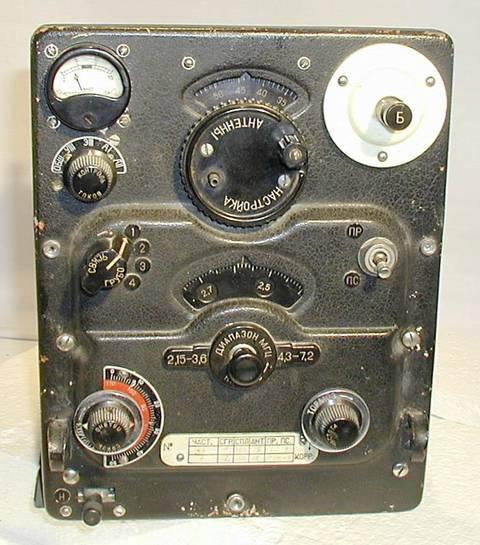 В вооружённых силах ссср, гражданских ведомствах связи и спецслужбах ощущалась острая необходимость в высококлассном радиоприёмном устройстве для магистральной связи и радиоразведки, допускающем установку на подвижных объектах, в том числе боевых кораблях.