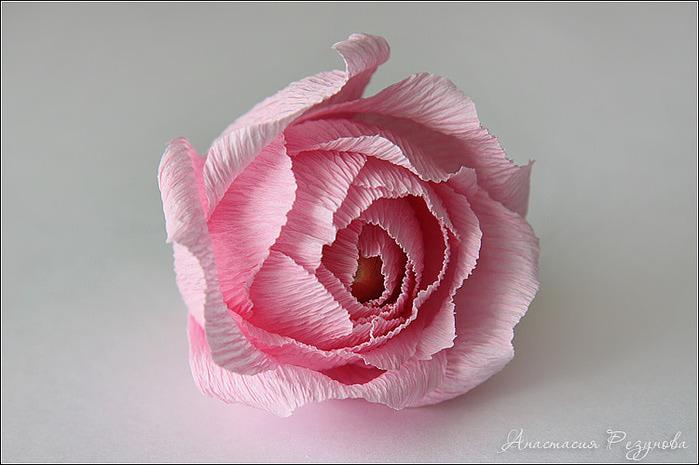 Роза из конфет и гофрированной бумаги