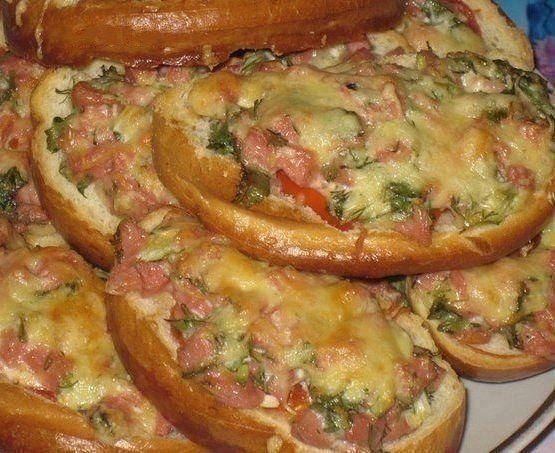 Горячие бутерброды в духовке с колбасой и помидорами и сыром рецепт