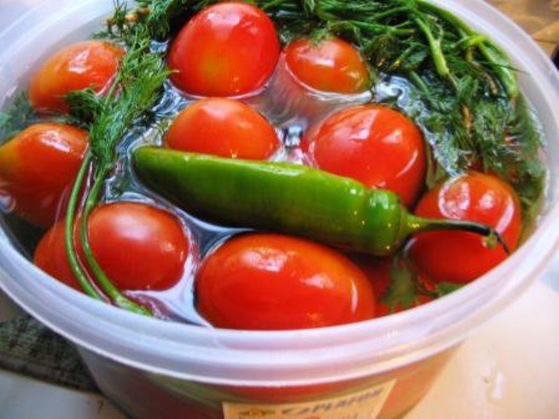 Малосольные помидоры с холодной водой