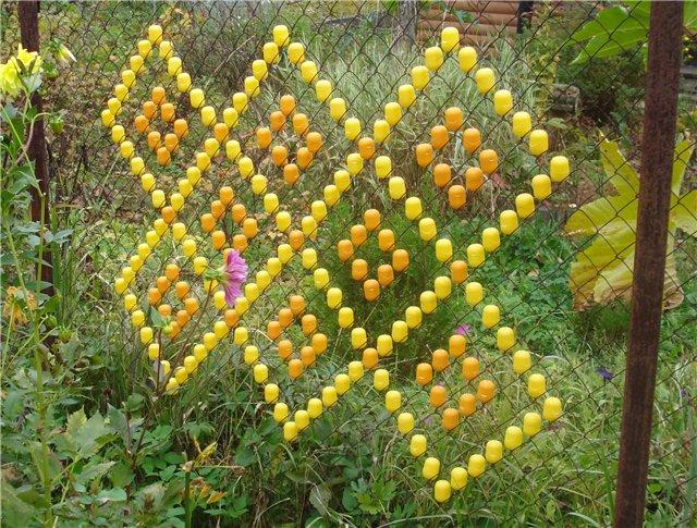 Как украсить сетку рабицу в детском саду