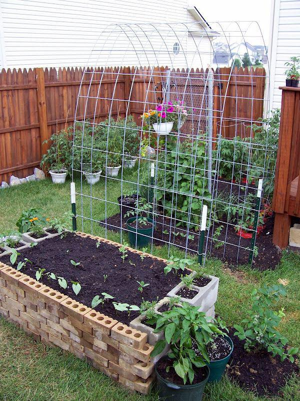 Много всяко-разно удобных штучек для сада.