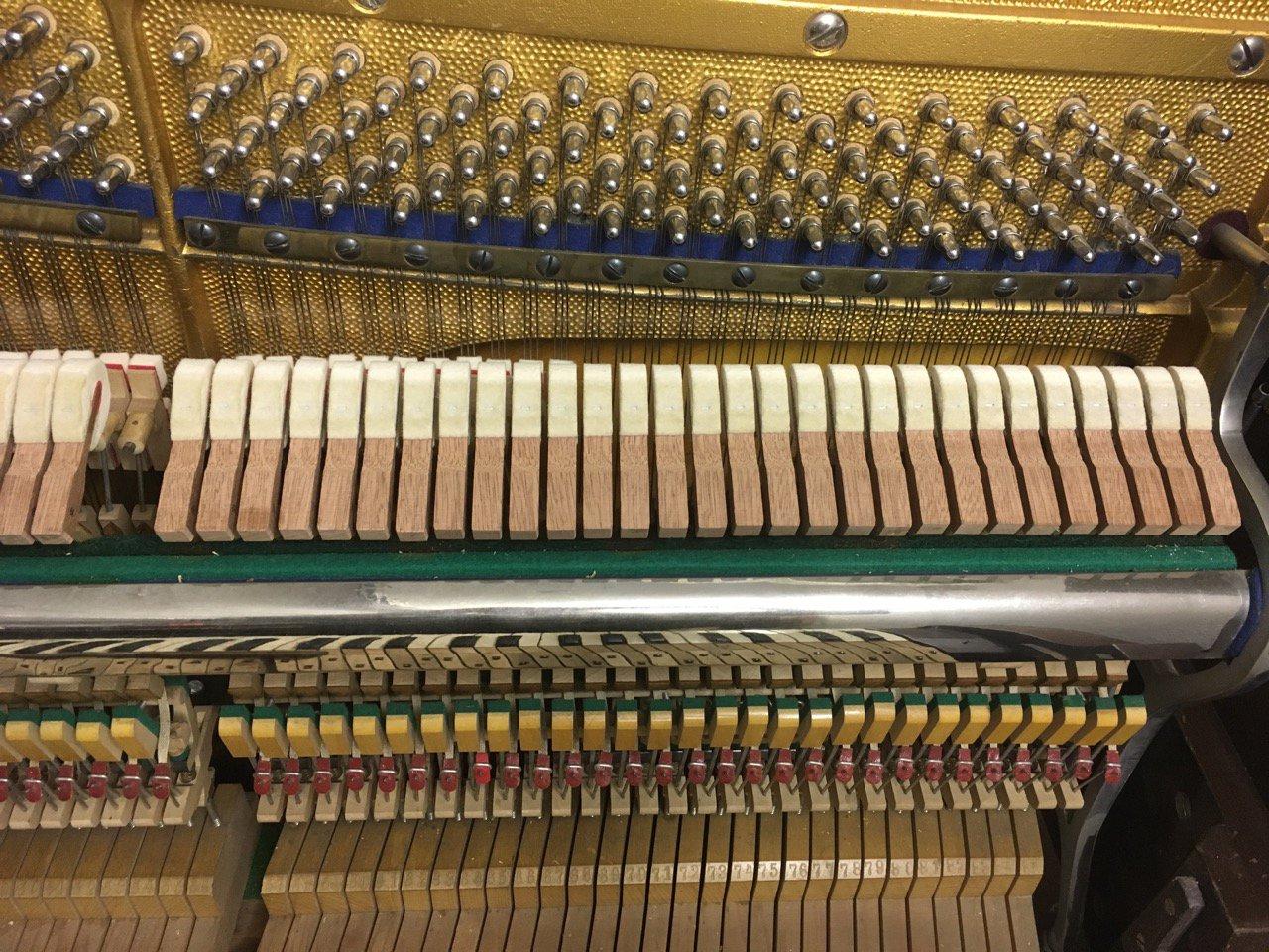 Вклеивание новых молоточков в механику пианино