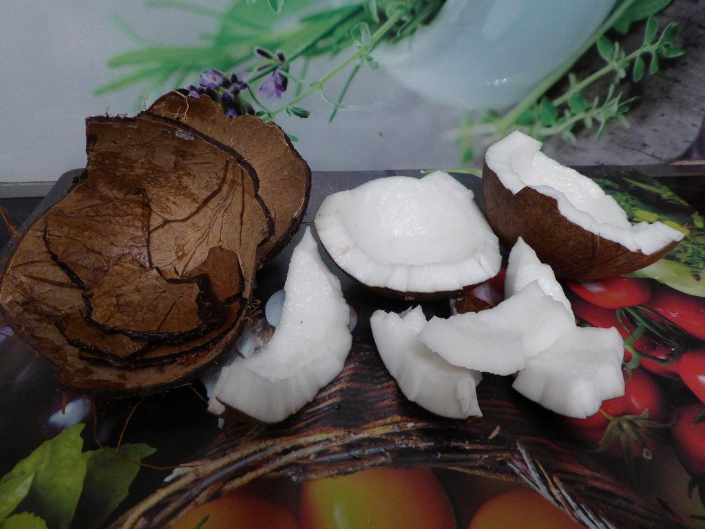Как легко вскрыть кокос и что из него можно сделать