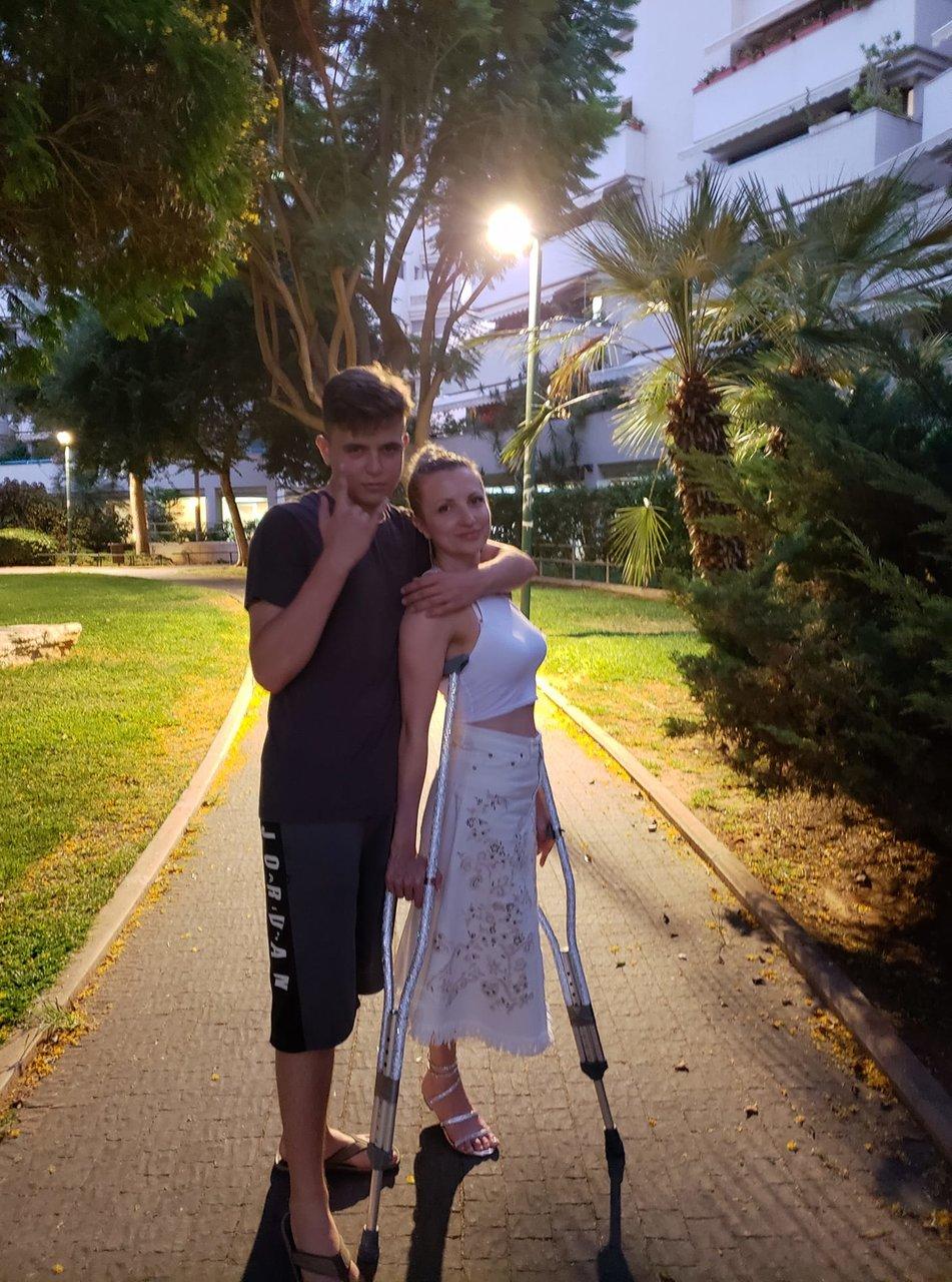 Девушки на костылях! - Amputee woman on crutches!